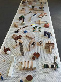 Alphabet, 2016, par Pernelle Poyet, Hyeres. Inspirée par les travaux des architectes et designers Ettore Sottsass et Robert Morris, la jeune diplômée de l'Ensci Les Ateliers transforme l'alphabet en un système de signes graphiques non pas pour la langue, mais pour l'habitat.