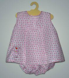 Vestido de niña con bombachudo y detalle de bordado a mano.