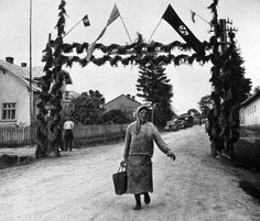 """Ukrainians build triumphal arches saying """"Long live Fuehrer"""" - then they were treated as 'untermenschen' and realised the Germans despised them!"""