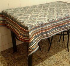 Toalha de mesa quadrada confeccionada com tecido impermeável. <br> <br>Dimensões: 1,60 m x 1,60 m