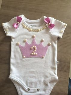 Body personalizado Trendy Outfits, Kids Outfits, Baby Couture, Baby Bloomers, Baby Time, Baby Crafts, Baby Patterns, Baby Dress, New Baby Products
