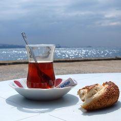 UN te caliente y Simit (Pan con sesamo). #turquiaturismo #turquia #estambul #turismo #viajes #viaje #viajero #viajeros #instaviajes #instaturismo #instatravel #travel #fotodeldia #foto #picoftheday #photooftheday #te #simit
