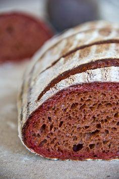 Mittelporig und von bestechend auffälliger Farbe: Rote Beete-Brot