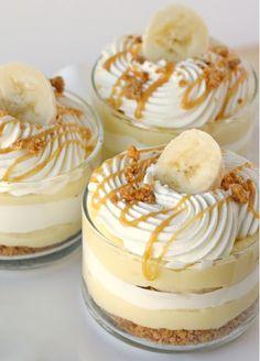 – 2 pakjes Vanille kloppudding (Dr. Oetker) – 3 bananen – Karamelsaus ( Zo maak je het ) – 2 pakjes verse slagroom – bastognekruimels ( Pak bastogne koekjes fijnmalen en mixen met 70 gram gesmolten boter )  Op de volgende pagina leer je hoe je hem maakt.  1. Leg een laag bastongnekruimels (gemixt met de boter) in een glaasje. 2. Leg er nu een laag vanillepudding op. Daarna 3 schijfjes banaan. 3. Daarna een laagje slagroom, bastognekruimels en karamelsaus. Herhaal dit nog een keer tot het…
