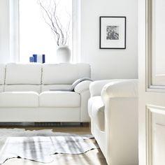 Aina tyylikäs – valkoinen nahkasohva Malli: Modena  Vaihtoehdot: 2- ja 3-istuttava sohva, modulisohva, vuodesohva, lepotuoli Jälleenmyyjä: Masku-liikkeet  #pohjanmaan #pohjanmaankaluste #käsintehty