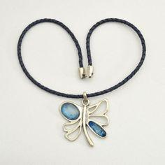 Colgante mariposa con piedras en color azul y cuero trenzado azul marino. PRECIO: 14 €
