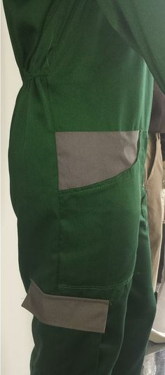 Coverall - Pocket and big pocket on the thigh with velcro closure.