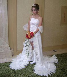Abito da sposa realizzato con le piume. Sembra un angelo o qualche personaggio dei manga. Bellissima