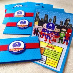 Convite Super Herois Pop-up. Convite em papel Color Plus 180g. Parte externa com impressão estrelas brilhantes. Parte interna em papel acetinado. Com cinta para o fechamento. Tag com nomes dos convidados cobrado à parte.