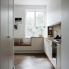 I detta kök låter vi varje detalj ge eget uttryck och säga sitt. Ostronbeige luckor, en inbyggd hylla samt sittbänk i ek ger tillsammans…