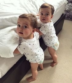 Bad girl and baby twins Cute Baby Twins, Twin Baby Girls, Dad Baby, Cute Funny Babies, Cute Little Baby, Baby Kind, Pretty Baby, Little Babies, Boy Girl Twins