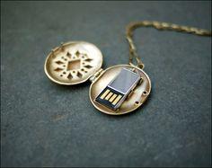 http://dnaimg.com/2011/07/10/usb-locket/img_002.jpg