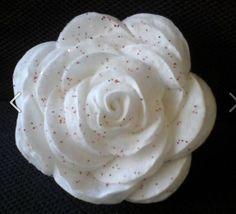 knutselen roos van wattenstaafjes met glitters. Leuk voor in de kerstboom of als decoratie te gebruiken.