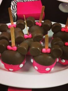 Minnie Mouse Caramel Apples #minnie #caramelapples. I know a little girl who would love the idea of these. Wonder if Grandma can get creative enough to do them for her:)