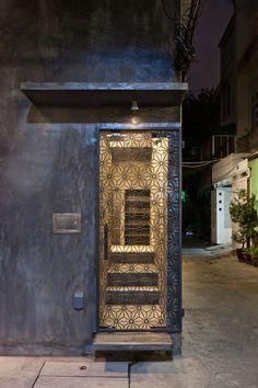 all photos(C)Hiroyuki Oki 近森穣 / 07BEACHが設計した、ベトナム・ホーチミンの寿司店「Sushi Restaurant in Ho Chi Minh City」です。 職人の技術に裏打ちされた本物の日本の鮨を提供する店というコンセプトからスタートした。 席数重視では無く、個々のお客さんの満足度を上げる事を考え、既存上階を取り払い、高い天井高を持つ平屋とし、母屋はカウンター席8席のみ、別に離れを設けるという構成とした。 ※以下の写真はクリックで拡大します 以下、建築家によるテキストです。 ********** 職人の技術に裏打ちされた本物の日本の鮨を提供する店というコンセプトからスタートした。 席数重視では無く、個々のお客さんの満足度を上げる事を考え、既存上階を取り払い、高い天井高を持つ平屋とし、母屋はカウンター席8席のみ、別に離れを設けるという構成とした。 母屋と離れを池によって隔て、特別な場所としての離れを、見えはするが行く事が出来ない場所として演出した。 従...