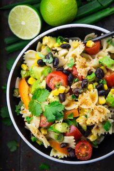 This southwestern pasta salad with avocado and black beans is one of my favorite summer recipes. it's the perfect grilling recipe! find more vegan recipes Easy Vegan Lunch, Vegan Lunches, Vegetarian Lunch Ideas For Work, Vegan Potluck, Yummy Lunch, Mexican Food Recipes, Whole Food Recipes, Vegetarian Recipes, Lunch Recipes