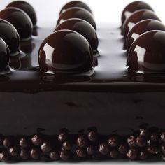 Lenôtre - Concerto, un dessert tout chocolat composé d une délicate mousse chocolatée, d un biscuit chocolat et d un feuilleté craquant. .