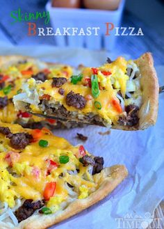 Make breakfast fun and delicious with this quick and easy Skinny Breakfast Pizza! Perfect for your weekend breakfast! What's For Breakfast, How To Make Breakfast, Breakfast Dishes, Breakfast Recipes, Mexican Breakfast, Breakfast Sandwiches, Breakfast Cookies, Breakfast Pizza Healthy, Healthy Pizza