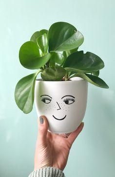 plantenpot met gezichtje Painted Plant Pots, Painted Flower Pots, Flower Pot Design, Flower Pot Art, House Plants Decor, Plant Decor, Bottle Art, Bottle Crafts, Decorated Flower Pots