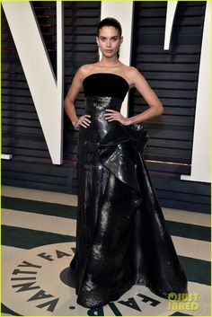 Sara Sampaio attends the 2017 Vanity Fair Oscar Party hosted by Graydon Carter at Wallis Annenberg Center for the Performing Arts on February 2017 in Beverly Hills, California. Vestidos Oscar, Mini Vestidos, Isabelle Huppert, Sara Sampaio, Oscar 2017, Graydon Carter, Oscar Dresses, Red Carpet Gowns, Vanity Fair Oscar Party