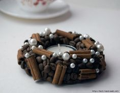 Lots of inspiring projects with cinnamon sticks, coffee beans, leaves, pinecones and other natural materials ((coffee-love)) Coffee Bean Art, Coffee Beans, Coffee Cups, Wooden Christmas Decorations, Handmade Decorations, Homemade Christmas, Christmas Diy, Scented Pillar Candles, Acorn Crafts