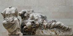 Frontone del Partenone con Hestia, Dione e Afrodite; 435 a.C, circa; scultura a tutto tondo su marmo Pentelico; Londra, British Museum.
