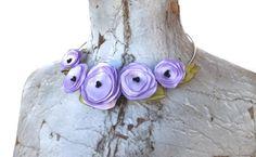 Met satijnen linten maak ik romantische bloemetjes die ik dan weer omtover in een mooie halsketting.