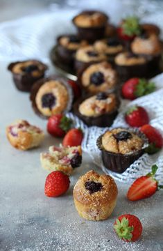 Baby muffin with strawberries and blueberries - no butter recipe. 10 minutes work for a light, healthy sweet moment Baby Muffins, Mini Muffins, Best Italian Recipes, Favorite Recipes, Tasty, Yummy Food, Blueberries, Strawberries, Cooking Recipes