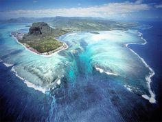海のなかに落ちる「巨大な滝」?!信じられない風景に絶賛混乱中