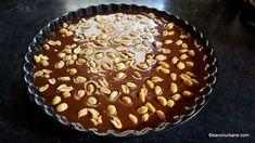 Tartă Snickers fără coacere - prăjitură cu sos caramel, ciocolată și arahide savori urbane Caramel, Cheesecakes, Yummy Food, Yummy Recipes, Peanut Butter, Sweet Tooth, Deserts, Cooking Recipes, Sweets