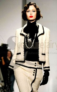 This really elegant and forever high-style Chanel ensemble is what - Fabulous! This really elegant and forever high-style Chanel ensemble is what … - Chanel Couture, Couture Fashion, Runway Fashion, London Fashion, Chanel Outfit, Moda Fashion, High Fashion, Womens Fashion, French Fashion