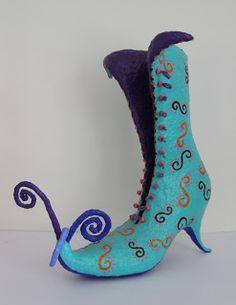 Marieke van Wijnen: Papier mache schoenen, hoogte 20 - 45 cm