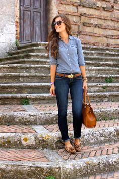 Trabalho/Passeio: Jeans com jeans, sapatos confortáveis e cinto como acessório. Bolsa de mão ou de ladinho