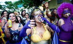 27/jan/2013 - BRASIL - SÃO PAULO - Foliões se divertem no bloco de Carnaval Agora Vai, no bairro da Barra Funda. By FSP.