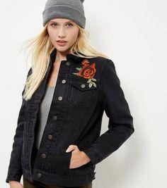 Veste en jean noire brodée de roses avec doublure effet peau de mouton
