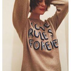 Alison Sudol wearing our LRFE sweater                                                                                                                                                     Mais