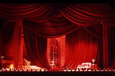 Esempio di scenografia teatrale composta essenzialmente di drappeggi con Confezioneconricchezzaconcentrica in FBR-VellutoBruxelles, colore 9 rosso.