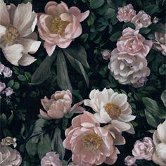 Suurikuvioinen New Dawn Rose -kukkatapetti on täydellinen valinta kaikille, jotka rakastavat kukkia! Täyteläiset ruusut ja pionit kukoistavat rehevän lehvästön keskell