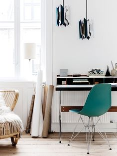 Small and nice home office corner in A Stylish Danish Apartment Charles & Ray Eames, Beautiful Interiors, Beautiful Homes, Danish Apartment, Home Interior, Interior Design, Interior Ideas, Rue Verte, Gravity Home