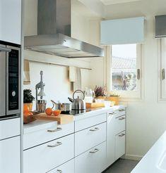 ¿Tu cocina es pequeña? Te contamos algunas ideas básicas para aprovechar mejor el espacio. Small Spaces, Sweet Home, Kitchen Cabinets, Appliances, Buenas Ideas, Design, Home Decor, Ideas Para, Html