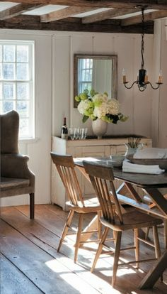 FARMHOUSE – INTERIOR – dining room of the historic renovation image gallery in Connecticut cottages and gardens in March 2012 in Connecticut. Style At Home, Sweet Home, Diy Garden Furniture, Furniture Ideas, Home Interior, Farmhouse Interior, Bathroom Interior, Modern Bathroom, Modern Interior