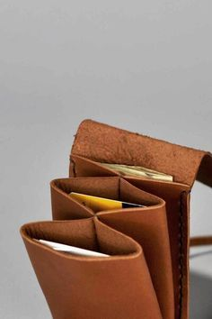 15 Wallet Designs Ideas For Men Brieftasche entwirft Ideen Leather Craft, Leather Bag, Diy Wallet Leather, Leather Wallets, Deer Hide, Diy Sac, Diy Accessoires, Leather Projects, Small Leather Goods