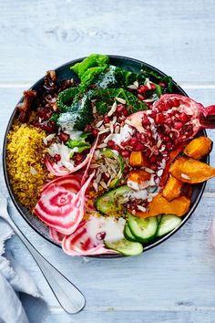 """Statt """"gluck, gluck, gluck"""" macht es """"mjam, mjam, mjam""""! Dank dieser Bowl mit allerhand Köstlichkeiten tankst du voll auf! Nämlich reichlich Viramine. #rezept #idee #bowl #vegan #veganesrezept #vegankochen #kürbis #leinsamen #couscous #wirsing #granatapfel #winter #herbst Tortilla Chips, Cobb Salad, Couscous, Ethnic Recipes, Bowls, Food, Winter, Vegane Rezepte, Vegetarian Snacks"""