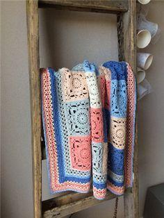 Kijk wat ik gevonden heb op Freubelweb.nl: een gratis haakpatroon van Henja Post om deze schitterende deken te maken https://www.freubelweb.nl/freubel-zelf/zelf-maken-met-haakkatoen-deken/