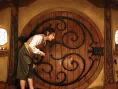 Hobbit door A Hobbit door that you can hang on the wall. It open up to a view of the Shire with a quote from Tolkien. Casa Dos Hobbits, Hobbit Party, Hobbit An Unexpected Journey, Round Door, Into The West, Bilbo Baggins, Fairy Doors, Jrr Tolkien, Earthship