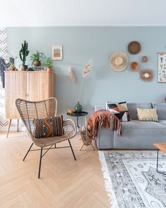If you are choosing the bohemian decor for your home, you are really choosing the right option ever. Whether you call it bohemian decor or boho-style decor… Boho Style Decor, Bohemian Decor, Bohemian Style, Boho Chic, Living Room Styles, Living Room Decor, Sofa Colors, Lounge Design, Furniture Styles