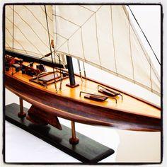 Drewniany model jachtu, stylowy model jachtu z drewna - podstawowy element marynistycznej dekoracji i ponadczasowego morskiego wystroju wnętrz, stylowy dodatek w morskim stylu, żeglarski akcent i symbol pasujący do każdego pomieszczenia, nadaje żeglarskiej elegancji zarówno w stylowych biurach jak i przytulnych domach, drewniany model jachtu jako prezent nie tylko dla Żeglarzy i Ludzi Morza, upominek w morskim stylu http://Sklep.marynistyka.org http://Sklep.marynistyka.pl…