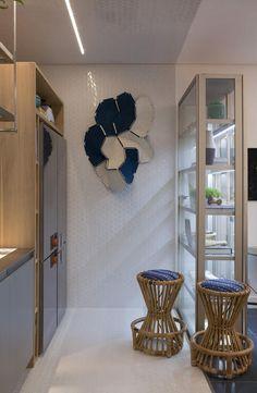 Leveza na cozinha da casa da praia Decortiles por Marina Linhares na Casa Cor 2017, com a funcional e charmosa linha Cristal Case, da Ornare. O toque artístico está na parede com a obra Clowds, dos Irmãos Bouroullec.