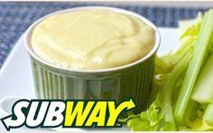 MOLHO DE PARMESÃO DO SUBWAY * INGREDIENTES: 2 Colheres de Sopa de Leite 1 Colher de Sopa de Maionese. 1 Alho Pequeno (opcional) 25g de Queijo Parmesão Ralado 1 Caixa de Creme de Leite - PREPARO: Em uma panela, adicione o leite e o queijo parmesão ralado e misture bem. Em seguida, adicione o dente de alho amassado e mexa por mais um tempinho. Agora, coloque o creme de leite e mexa até começar a ferver, depois desligue o fogo. Espere esfriar e adicione a maionese