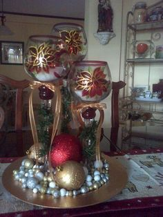 How to Make Christmas Centerpieces. Christmas is mainly a fun for children and parents too as they enjoy their holidays and Christmas party together. Noel Christmas, Diy Christmas Ornaments, All Things Christmas, Christmas Wreaths, Christmas Flower Arrangements, Christmas Table Decorations, Xmas Crafts, Inspiration, Reduce Stress